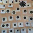 Depozyt monet z Ełku Depozyt monet odnaleziony w Ełku w 2020 roku, jest jednym z większych znalezisk ostatnich lat. Wpisuje się on w szereg podobnych odkryć w innych częściach Polski. […]